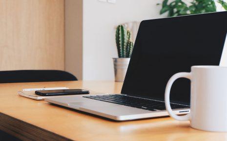 laptop op bureau met koffie