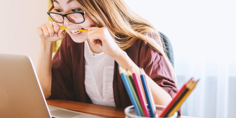 vrouw internet vergelijken potloden